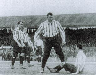 Southern League Tottenham Hotspur contest the 1901 FA Cup Final against Sheffield United